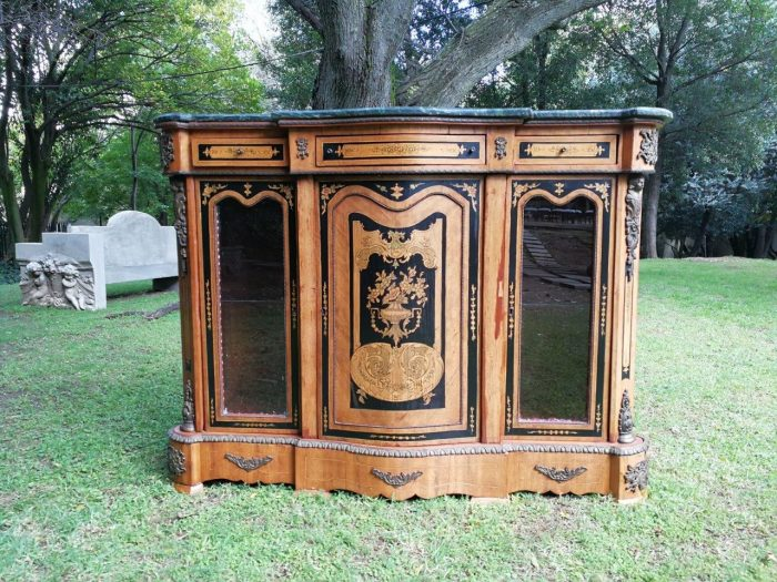A 20th Century French-style display cabinet credenza - ND