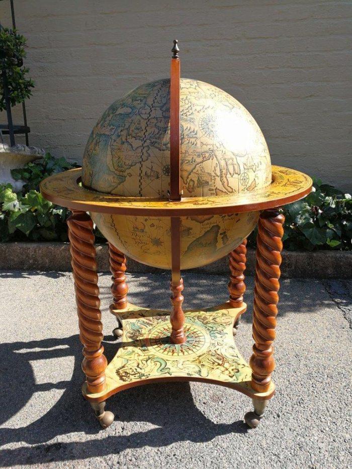 Globe bar on casters Circa 1970