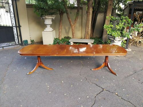 A Regency mahogany extension table with two leaf extensions
