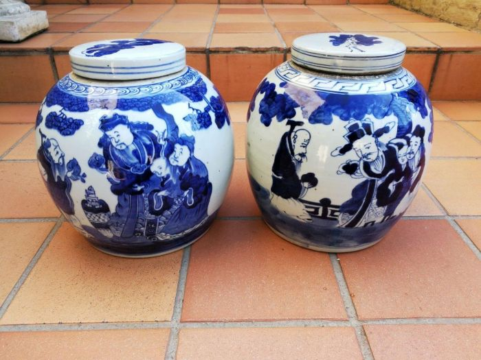 A pair of Chinese blue and white jars